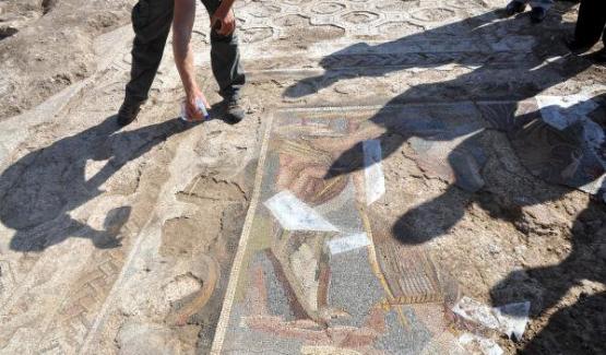 Tarlada Roma mozaiği bulundu