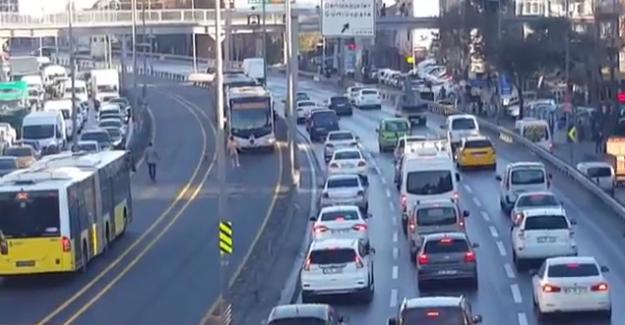 Metrobüs yolunda çırılçıplak intihar girişimi
