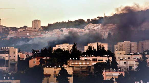 Sosyal medya ezanı yasaklayan İsrail'de baş gösteren yangını ile sallandı