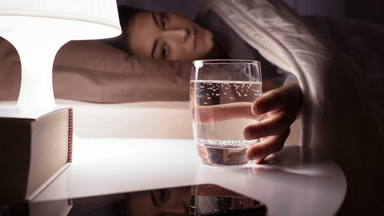 Bakır sürahide bekleyen suyu içmek blokajları açıyor
