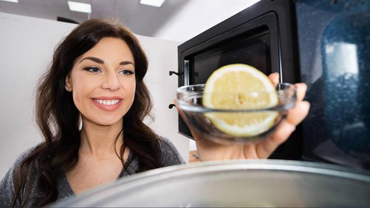1.Mikrodalgayı buharla temizlemek için suyun içine limon koyun