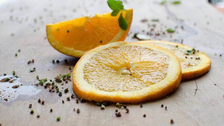 2.Kokudan kurtulmak için portakal dilimlerini baharatlarla kaynatın