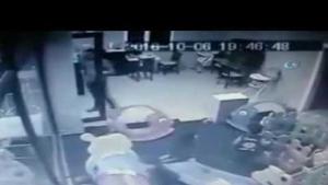 2,5 yaşındaki çocuğu vahşice dövdü