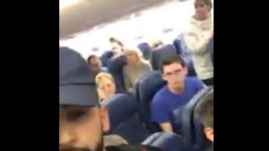Amerika'da bir adam Arapça konuştuğu için uçaktan atıldı