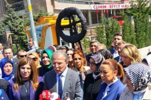 Ak Parti, CHP Genel Merkezine siyah çelenk bıraktı