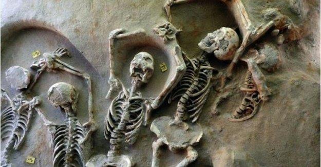Atina'da toplu mezar bulundu