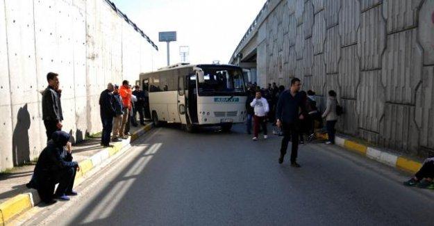 Bolu'da servis aracı devrildi... 20 yaralı!