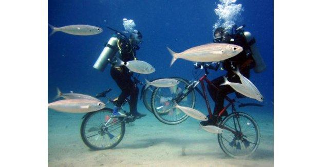 Denizin dibinde bisiklet turu yaptılar