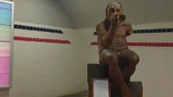 İzmir'de çıplak heykel ortalığı karıştırdı