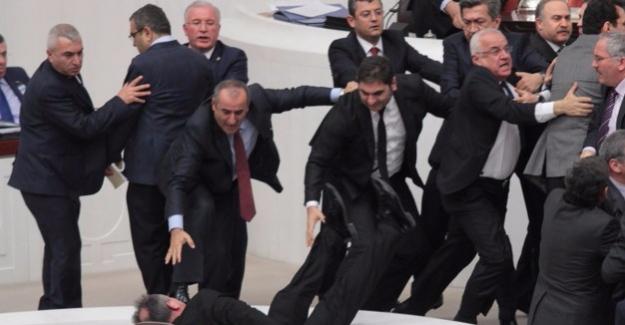 Milletvekilleri yine kavga etti!