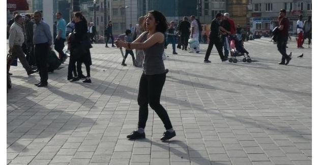 Taksim Meydanında ki Bıçaklı Kadın Dehşet Saçtı!