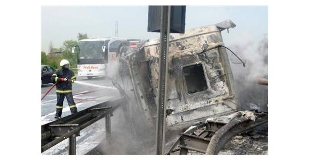 Tır devrildi, şoför yanarak can verdi