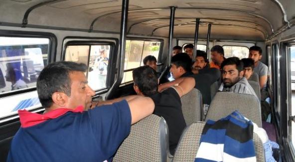 Bodrum'da barınağa dönüştürülen minibüsten 13 mülteci çıktı