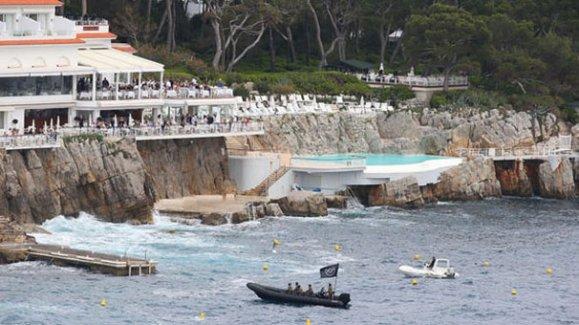 Cannes'e teröristlerden baskın