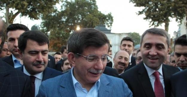 Davutoğlu cuma namazı çıkışı megafonla helallik istedi