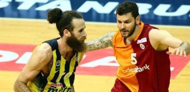 Derbide olay: Fenerbahçe parkeyi terk etti
