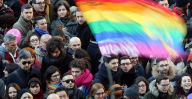 İtalya, ''Eşcinsel Birliktelik'' yasasını kabul etti