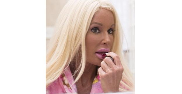 Milyonlarını Harcayan 42'lik Barbie!