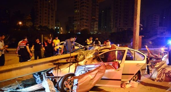 Otomobil, demir bariyerlere çarptı: 1 ölü, 4 yaralı