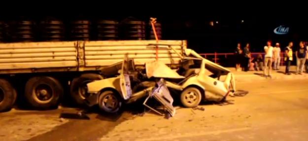 Park halindeki Tır'a otomobil çarptı, 2 ölü