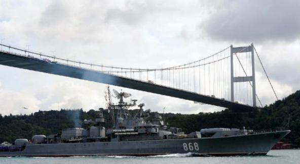 Rus donanmasına ait savaş gemisi İstanbul Boğazı'ndan geçti