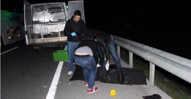 Seyir halindeki kamyonetten atılan kadın öldü