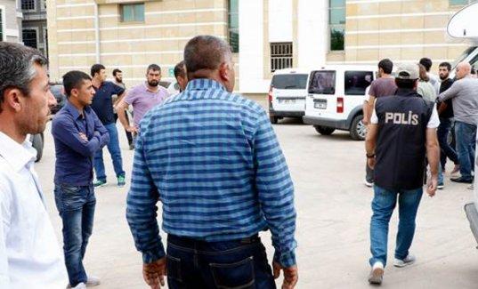 Terör suçundan tutuklanan oğlunun yüzüne tükürdü