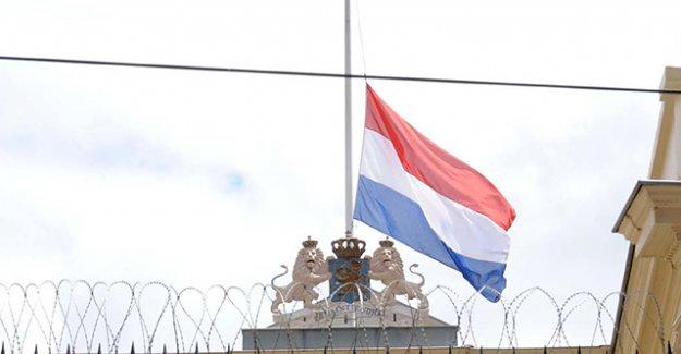 Almanya ve Hollanda konsoloslukları bayrakları yarıya indirdi