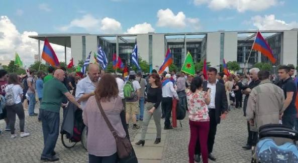 Berlin Meclisi önünde YPG ve HDP bayrakları
