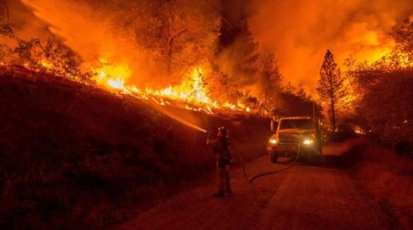 California'daki yangın yerleşim yerleri yaklaşıyor