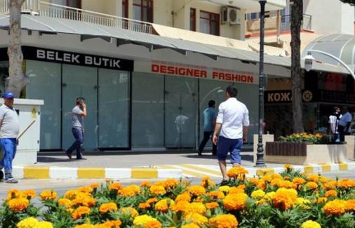 Esnaf, Antalya'da turist gelmediği için kepenk kapattı