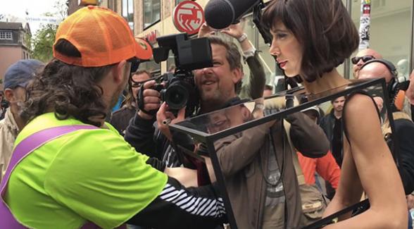 Londra polisi sanatçıyı gözaltına aldı