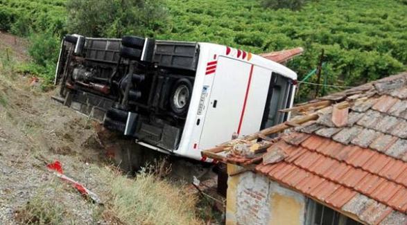 Manisa'da öğrenci servisi kaza yaptı, 26 yaralı