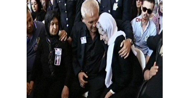 Meral Akşener şehit babasına sarılıp gözyaşı döktü!