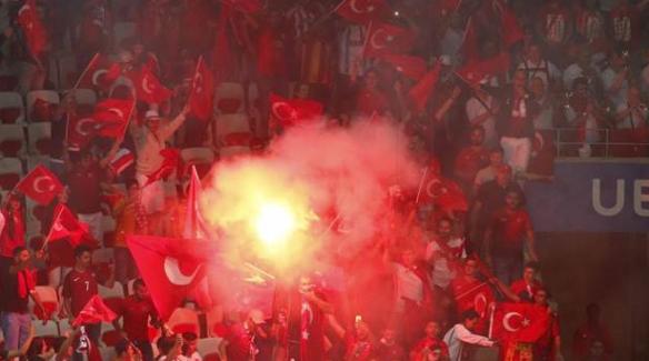 Meşale yakan Türk taraftarlara dava açıldı