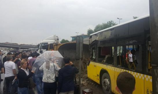 Metrobüs yoluna hafriyat kamyonu girdi, seferler durdu