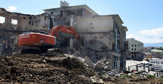 Yüksekova'da hasar gören binalar yıkılıyor
