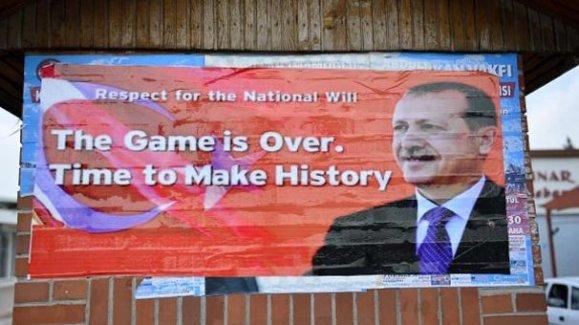 İncirlik girişine İngilizce 'Ulusal iradeye saygı' afişi