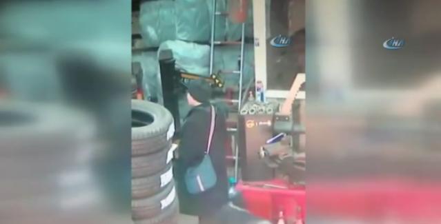 İstanbul Eyüp'te tamirci, kadının bacağını ısırdı (VİDEO)