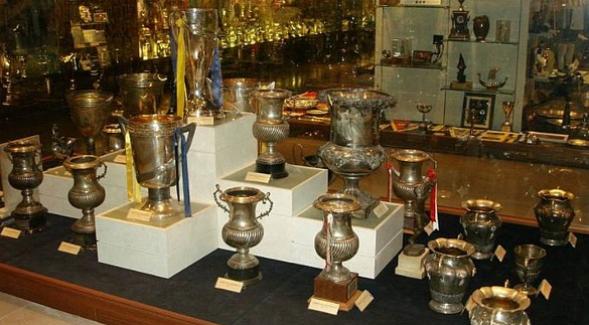 Trabzonspor taraftarı Halit Şahin, Fenerbahçe müzesinden kupa çaldı