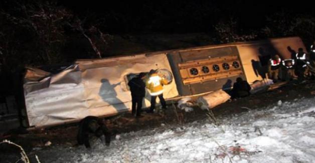 Sivas'ta yolcu otobüsü devrildi, 1 kişi hayatını kaybetti