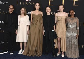 Angelina Jolie filminin galasına çocuklarıyla katıldı
