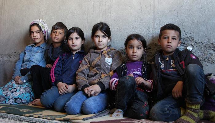 Annesiz, babasız yaşam savaşı! Penceresiz evde yardım bekliyorlar