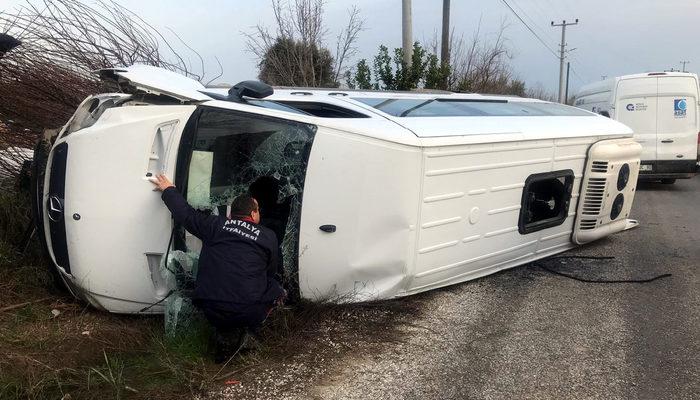 Antalya'da sürücüsü kalp krizi geçiren öğrenci servis minibüsü devrildi: 1 ölü, 3 yaralı