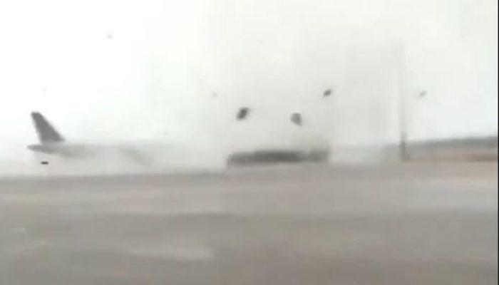 Antalya'yı fırtına vurdu! Havalimanında yolcu otobüsü devrildi