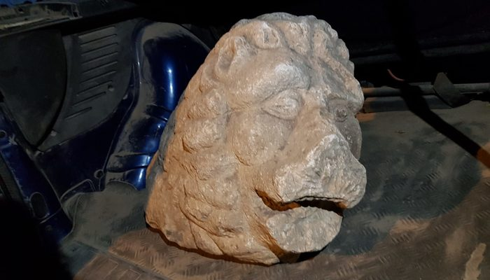 Aracın bagajından aslan başı heykeli çıktı!