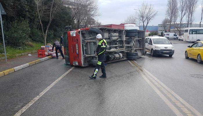 Avcılar'da meşrubat yüklü kamyon devrildi!