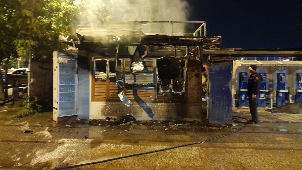Bakırköy'de İBB'ye ait halk ekmek büfesi yandı!