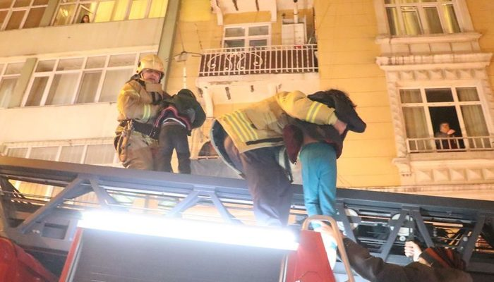 Beyoğlu'nda korkutan yangın! 11 kişi böyle kurtarıldı