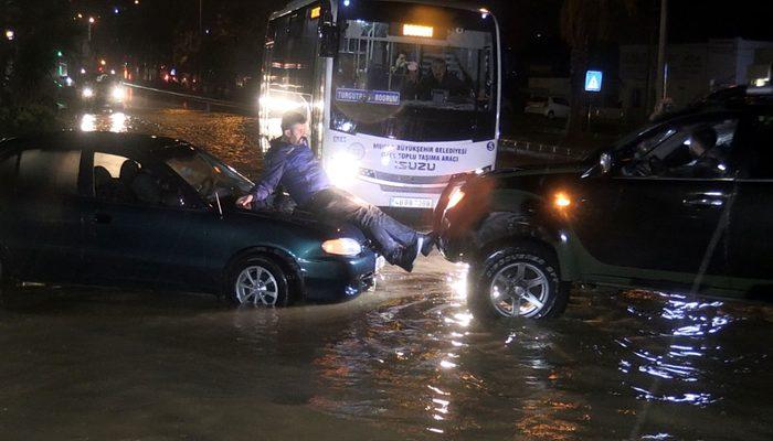 Bodrum 'da cadde ve sokaklar dereye döndü! Ağaçlar devrildi, araçlar yolda kaldı